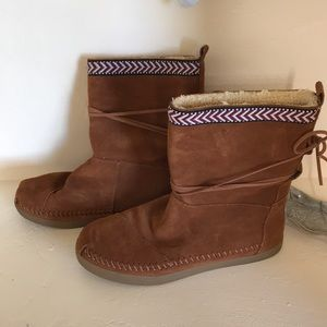 NWOT Toms pull on brown leather boots